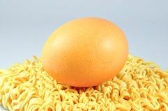 Sofortige Nudeln mit Ei Stockfoto
