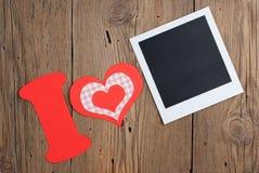 Sofortiger Foto- und Papierbuchstabe mit Herzen Stockfoto