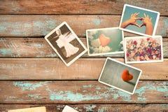 Sofortiges Fotoalbum der Hochzeit, der Liebe und der Flitterwochen auf hölzerner Tabelle Stockfoto