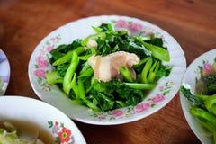 Sofría la col rizada china con receta de la salsa de la ostra en una placa por el Año Nuevo chino, festival de fantasma chino