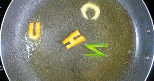 Sofreír letras mezcladas del alfabeto, almuerzo de la palabra almacen de metraje de vídeo