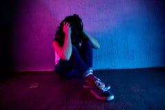 Sofrimento bonito, da jovem mulher do sentimento e imagens de stock