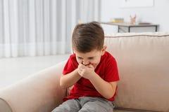 Sofrimento do rapaz pequeno da náusea foto de stock