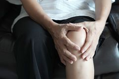Sofrimento fêmea da pessoa idosa da artrite e da mulher idosa do pai fotografia de stock royalty free