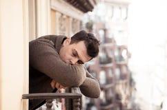 Sofrimento infeliz do homem do sentimento da depressão desesperado, isolado e sem valor no balcão da casa fotografia de stock royalty free