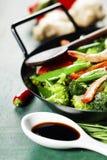 Sofrito colorido en un wok Fotos de archivo libres de regalías