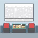 Sofás con el estante para libros en Front Of Wide Glass Window Foto de archivo libre de regalías