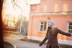 soft för lycklig lins för fokusflicka utomhus- Arkivbild