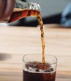 soft för pub för coladrink hällande Arkivfoton