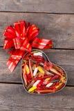 Softbaits de la pesca en la caja de regalo para el día de tarjetas del día de San Valentín Imagenes de archivo