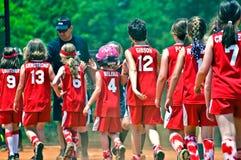 softball κοριτσιών παιχνιδιών τελών Στοκ φωτογραφία με δικαίωμα ελεύθερης χρήσης