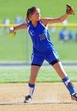 softball κοριτσιών infield ρίψη Στοκ Εικόνες