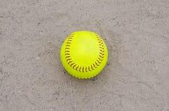 Softball amarillo en campo foto de archivo