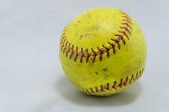 Softball auf weißem Hintergrund mit Schatten stockbild