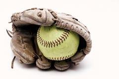 Softball binnen van oude leerhandschoen stock foto
