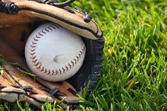 Softball branco na luva dos esportes imagem de stock royalty free
