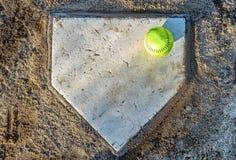 Softball en la meta imagenes de archivo
