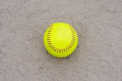 Softball giallo sul campo fotografia stock