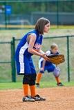 Softball/giocatore dell'area outfield della ragazza Immagini Stock
