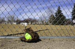 Softball-Handschuh und Softball Lizenzfreie Stockbilder