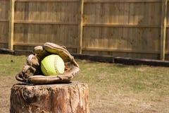 Softball i handske Arkivbild