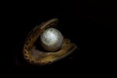 Softball i rękawiczka w Sepiowym obrazy stock