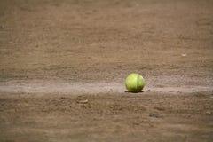Softball im Schmutz Stockbild
