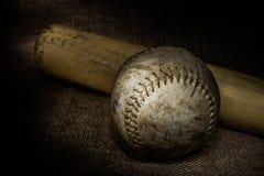 Softball och slagträ Arkivfoto