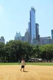 Softball teams das Spielen bei Heckscher Ballfields im Central Park Lizenzfreies Stockfoto