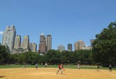 Softball teams das Spielen bei Heckscher Ballfields im Central Park stockfotografie