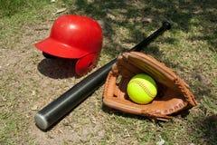 Softball und Handschuh lizenzfreies stockfoto