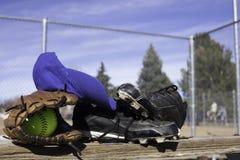 Softballhandschoen en Softball Royalty-vrije Stock Afbeeldingen