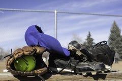 Softballhandske och softball Royaltyfri Fotografi