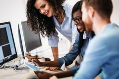 Software Engineers, die an Projekt arbeiten und in der Firma programmieren lizenzfreie stockfotos