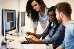 Software Engineers, die an Projekt arbeiten und in der Firma programmieren stockbilder