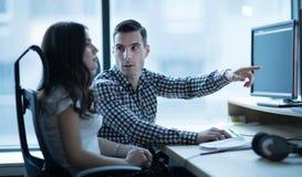 Software Engineers que trabajan en oficina en proyecto junto fotografía de archivo libre de regalías
