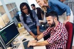 Softwareingenieurs die aan project werken en in bedrijf programmeren stock foto