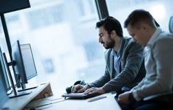 Softwareingenieurs die in bureau aan project samenwerken royalty-vrije stock afbeeldingen