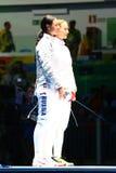 Sofya Velikaya L et Yana Egorian de la Russie avant la finale dans le sabre individuel du ` s de femmes de Rio 2016 Jeux Olympiqu Photographie stock