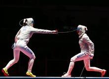 Sofya Velikaya L y Yana Egorian de Rusia en la acción durante final en el sable individual del ` s de las mujeres de la Río 2016  Fotografía de archivo libre de regalías