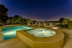 Sogar, beleuchtend auf einem luxuriösen Pool und einem Badekurort auf einer klaren Nacht in a Lizenzfreie Stockfotos