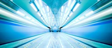 Soggiorno blu del treno veloce alla piattaforma Fotografia Stock Libera da Diritti