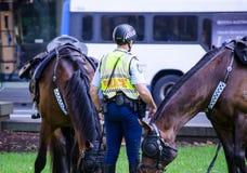 Soggiorno dell'ufficiale del poliziotto del Nuovo Galles del Sud con il suo cavallo a Sydney CBD fotografie stock libere da diritti