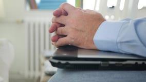 Soggiorno dell'uomo d'affari su una sedia che aspetta una riunione d'affari nervosa ed agitata stock footage
