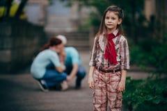 Soggiorno della bambina da solo in parco immagini stock