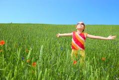 Soggiorno della ragazza al campo verde Immagini Stock Libere da Diritti