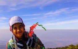 Soggiorno della ragazza sulla montagna Fotografie Stock