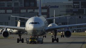 Soggiorno di Airbus A340 su rimorchio video d archivio