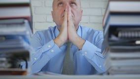 Soggiorno di In Office Room dell'uomo d'affari con le mani in un gesto pregante fotografia stock