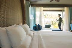 Soggiorno felice del viaggiatore di viaggiatore con zaino e sacco a pelo nell'hotel di alta qualità Fotografia Stock